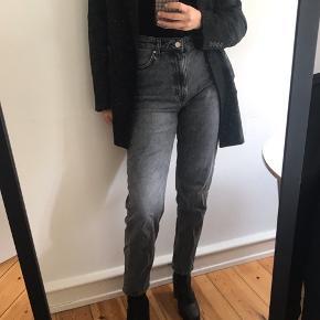 Grå washed jeans fra h&m med mellem high waist og boot cut