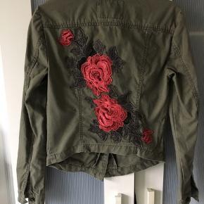 Fedeste jakke med de smukkeste broderier. Kan ikke knappes ved ærmegab, da den ene halvdel mangler men det betyder så godt som ingenting. Mindstepris 45 pp. Bytter ikke.