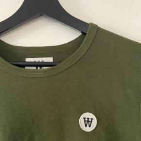 Der er en lille plet i nederste hjørne, som der dog ikke kan ses når trøjen er på, men prisen er sat herefter