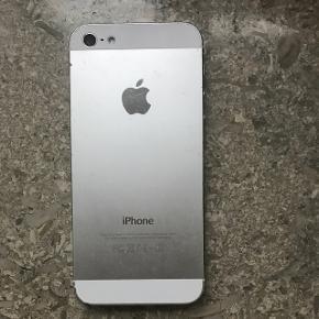 iPhone 5 Silver 16GB.  Software og kamera virker perfekt. Trænger dog til en ny skærm (derfor pris).