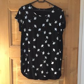 Fin bluse fra Vero Moda i str L. Brugt max 2 gange, lidt krøllet på billederne. Nypris omkring 160 kr