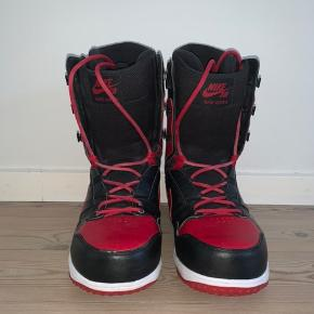 Snowboardstøvler fra Nike. Str. 44. Tegn på slid få steder