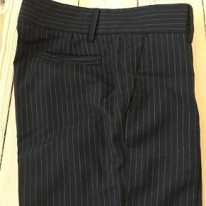 Varetype: Bukser Farve: Sort Oprindelig købspris: 1900 kr.  Nålestribet Dior Homme bukser, i fin stand. Er ikke Slim fit.