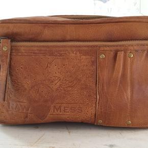Sindssygt lækker toilettaske i ægte læder fra Raw Mess. 2 udvendige lommer, 1 indvendig  Nypris 899 kr. Har aldrig været brugt.   Har 2 stk