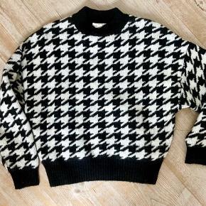 Dejlig sweater fra H&M, i lækker kvalitet. Brugt og vasket få gange!  Spørg gerne efter mål, eller flere billeder.