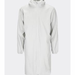 Prisen angivet er inklusiv forsendelse.  Rains unisex regnjakke, model: Base Jacket Long. Så god som ny!