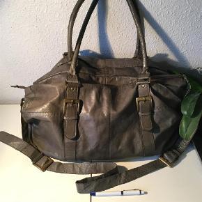Rummelig og lækker taske. Gode lange hanke og extra rem til cross over. Har kun været lidt brugt da jeg har for mange tasker ;-)  Mål 50x30x12 cm  Skind taske Farve: Grå brun