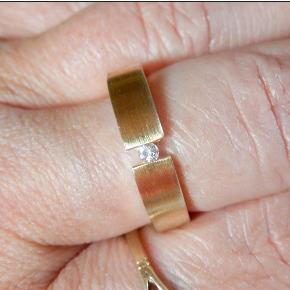 Brand: 8k guld Varetype: Ring svævende brillant Størrelse: 57 Farve: Guld Oprindelig købspris: 2900 kr.  Skøn Guldring 8 karat Monteret med svævende Brillant 0,05 ct, i meget høj kvalitet og klarhed  Brede 4,6 mm  Vægt 2;60 gr  Har været båret få gange Få brugsspor    Mp 1600 kr