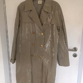 Ny og ubrugt frakke fra Heartmade i st. 36. Knapperne er guldfarvet. Jeg bruger 38 og passer den fint. Det er en kollektionsprøve jeg har købt her på TS. MP 1.300,00 Nypris kr. 6000,00 Bytter ikke. #30dayssellout