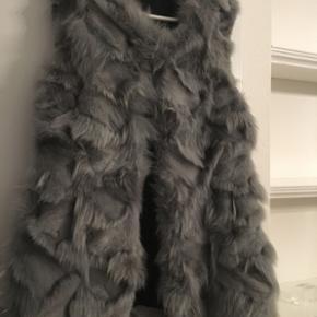 Sindsyg lækker pels fra just female! Lys grå - desværre aldrig rigtig brugt! Nypris: 4000