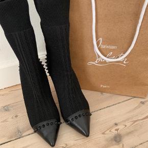 Varetype: Støvletter Farve: Sort  Smukke Louboutin støvler i str. 38  Flere billeder kan sendes. Forsålet og i flot stand.   Mp 3000 kr