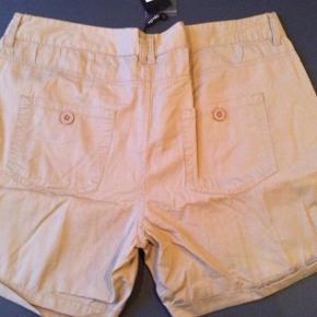Nye shorts med mærke. Livvidde 46*2 cm. Længde 39 cm.