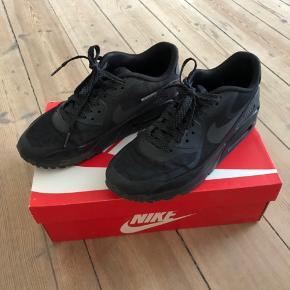 Sorte Nike Air max 90 med leopardrefleks. Brugt men ok stand. Hentes i Sydhavnen eller sendes med posten (køber betaler porto)