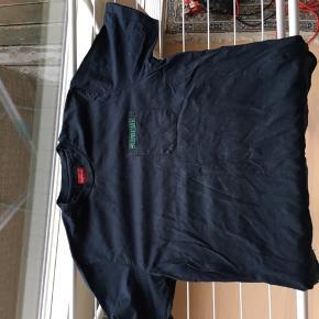 Klassisk kortærmet t-shirt med brystlomme