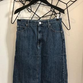 Lee denim nederdel str. 28 ( svare til str. S ) aldrig brugt.. Nypris 800 kr. - Mp 150 kr.