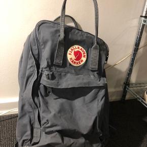 Fjallraven taske sælges.  Jeg sælger denne taske. Den kan bruges til skoletaske, men også til at tage med på tur. Den har ingen fejl og eller mangler! Den er næsten som ny 😁  BYD endelig💜💜