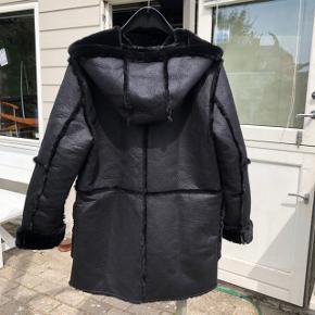 Vendbar falsk pelsjakke fra Zara med hætte