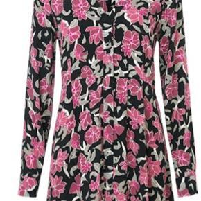 Blomsterprintet midi-kjole fra Just Female  - Lange ærmer med manchet - V-hals - Skjulte knapper i front - Syet ind i taljen - Rosa blomster på sort baggrund - Almindelige pasform - Materiale: 100% Viskose