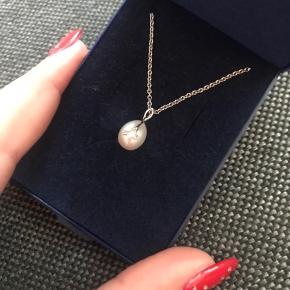 Smuk sølvhalskæde med ægte perle og brilliant detaljer. Perfekt til studentergaven.  Købspris: 1500 kr.   Køber betaler porto.