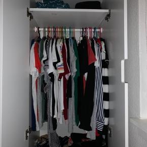 Flot og velholdt hvidt Stuva klædeskab fra Ikea, perfekt til børneværelset. Det måler 60x50x192 cm. (bredde, dybde, højde) Inde i skabet er der en hylde øverst og en bøjlestang med plads til masser af tøj. Forneden er der 3 skuffer, 1 stor og 2 mindre. Det var svært at få et ordentligt billede, da det står i et smalt værelse. Skabet er meget velholdt, og har ingen tydelige skader bortset fra det har siddet sammen med et andet skab. Nypris ca. 1300 kr.