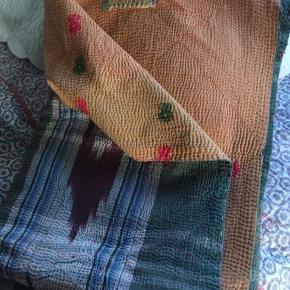 Plaid håndsyet af genbrugte indiske vintage bomulds sarier. Håndquiltet med tusindvis af sting.
