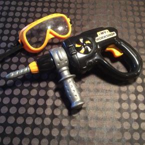 """Legetøjsboremaskine til batteri og """"sikkerhedsbriller""""."""