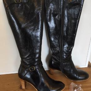 """Mærke: Sofie Schnoor Style: S 103734 Størrelse: 37 Farve: sort Materiale: læder Støvlen: Den klassiske sorte støvle med træ hæl, pyntet med et lille spænde ved anklen. Måler i breden 38 cm. Der med følger ekstra""""dutter"""" til hælen.  Stand: brugt meget lidt pga dårlig fod, så derfor i meget pæn stand, som ny  Nypris 1899 kr Sælges 745 kr   Bytter ikke Sætter pris på tilfredse købere"""