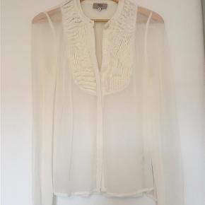 Florlet skjorte med fine detaljer  Langærmet Farve: Hvid Oprindelig købspris: 799 kr.