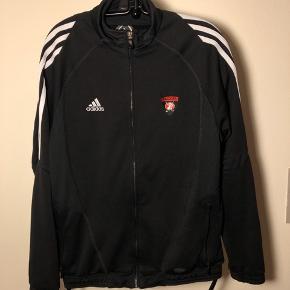Adidas trøje/cardigan med lynlås samt lommer med lynlås. God stand trods brug  Jeg giver mængderabat ved køb af flere ting