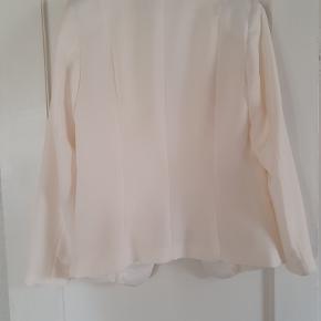 Ikke hvid, men mere over i en meget lys beige. Billedet beskriver ret godt farven