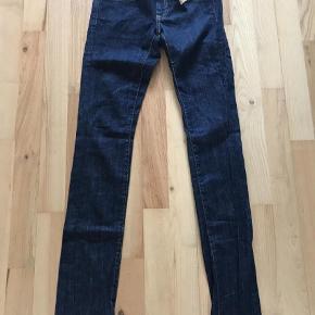 Varetype: Jeans Størrelse: 32 Farve: Denim Prisen angivet er inklusiv forsendelse.  Stadig med tag!  Indvendig benlængde: 82cm Livvidde: 2x36cm