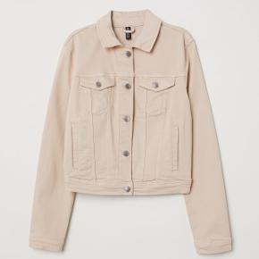 Fed Denim jakke i lys beige fra h&m. Brugt få gange, byd.