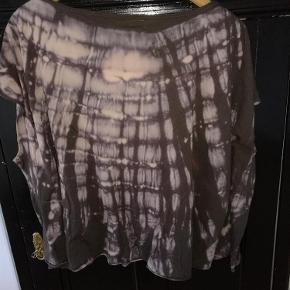 Varetype: bluse Farve: Brun med mønster. Oprindelig købspris: 600 kr.  Superflot All Saints bluse med korte ærmer - smukt hand dyed mønster.  Perfekt stand - kun brugt et par gange.