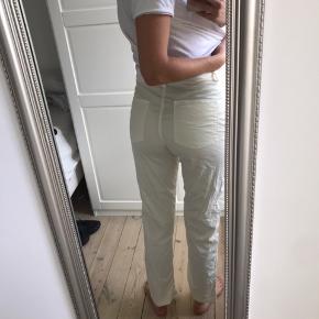 Virkelig fede Mads Nørgaard bukser, som desværre er for store til mig i livet. De er vasket en enkelt gang.  Endnu flottere når de er Strøget :)