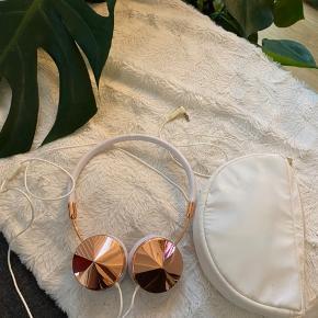 FRENDS Layla Rose Gold & White High Quality Headphones Købt på ASOS i sin tid for 1200 ny pris på hjemme siden er 1800 Jeg sælger til den nette sum 250 De har ikke været brugt meget mere end to dage da jeg ikke synes de klæder mig  Jeg har ikke æske mere men original pung følger med  kapslerne kan skiftes til andre  Skriv for mere info😊