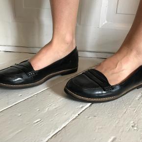 Virkelig fine lak loafers fra H&M perfekt til sommer. De fejler ingenting - er desværre bare købt for små.  Kan afhentes på Frederiksberg, ellers betaler køber for porto og evt. TS-gebyr.  Det indvendige mål er ca. 26 cm.