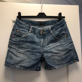 Denim shorts af mærket WAREDENIM. De fejler intet og er super holdbare, jeg kan bare ikke passe dem længere. Lidt for blufærdig til at lægge billeder op af dem på ;) men de har en tæt pasform.   56% bomuld, 42% polyester, 2% viscose.