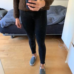 Jeans fra Zara sælges, da de ikke længere bliver brugt.   De er blevet brugt lidt, men heller ikke mega meget, og de fejler ingenting.   Det er en størrelse 36, men er krympet lidt i vask, så passer nok bedre end størrelse 34.