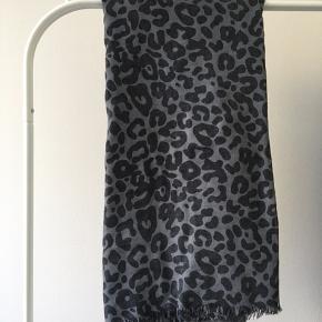 Tørklæde i grå med mørkegrå/ sort print.