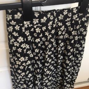Nederdel fra Forever 21. Var oprindeligt en kjole, men jeg har syet den om til en nederdel 🌈 Den har lynlås i siden, så den er nem at få af og på.