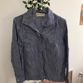 Malene Birger bluse der er klippet i bunden  Rydder op i skabet, alt jeg ikke bruger som bare ligger og fylder skal væk - så kom gerne med bud! 💛  Jeg har/ tager heller ikke billeder med dem på :))😊
