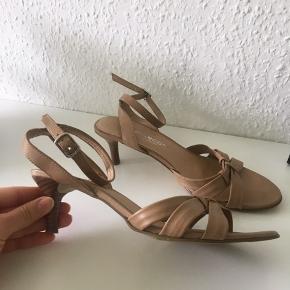 Se billede 2 for let misfarvning på højre sko pga.