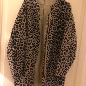 Munthe faux fur/skindjakke. Oversized passer S-M. I virkelig flot stand. Smukt lyst glitterfor. Fejler ingenting. Lommer i siderne