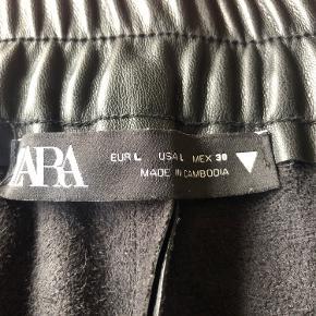 Læderbukser fra Zara. Super behagelige at have på, da der er blødt materiale på indersiden. Sælges da jeg ikke passer dem længere