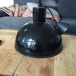Sort loftslampe i industriel design, 2 mindre buler som bare understreger det rå design Ø 35 cm