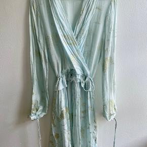 Smukkeste Stine Goya kjole. Lys blå med guld tryk. Trykket er falmet en smule nogle steder, se billeder, men stadig virkelig fin.   Nypris var 3000kr