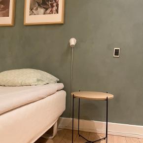 2 styk sengeborde sælges samlet. Sort metal-stel og aftagelig træ-plade øverst.