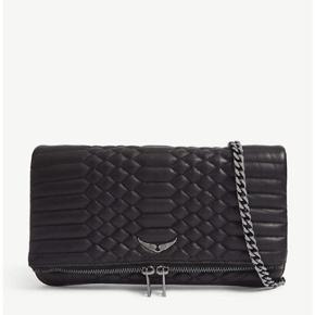 Info om tasken:   Sælger tasken billigt siden den er ret slidt, så hvis i hurtigt har brug for en til ikke særlig mange penge så skriv gerne   Skriv pb for et billedet ♥️