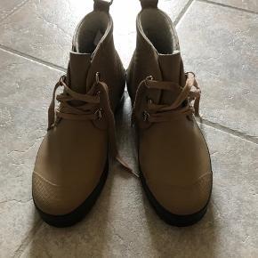 Kort støvle med foer. Lidt slidt ved flappen op foran, ses ikke når de er på- ellers er støvlen i fin stand