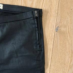 En mellemting imellem jeans og leggings. Virkelig flotte til en top, eller en stor skjorte.  Ingen brugsspor